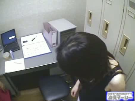 萬引き小娘を事務所で脱がせて脅迫写真収録するヘンタイキチク店長☆☆