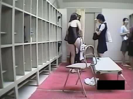 【JKギャルの動画】水泳授業前の女子更衣室…スクール水着に着替えるJKたちを隠しカメラ撮りww