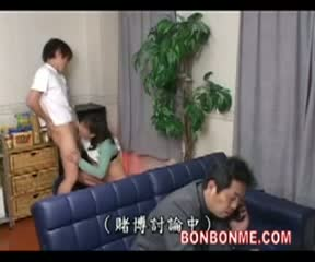 リビングでくつろぐ父親の後ろで息子と近親相姦してしまう淫乱人妻…