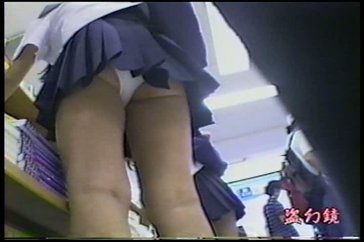 立ち読みに夢中なミニスカ10代小娘。こっそり近付き逆さ撮りでカワイい白パンツ丸見えを秘密撮影に成功ww
