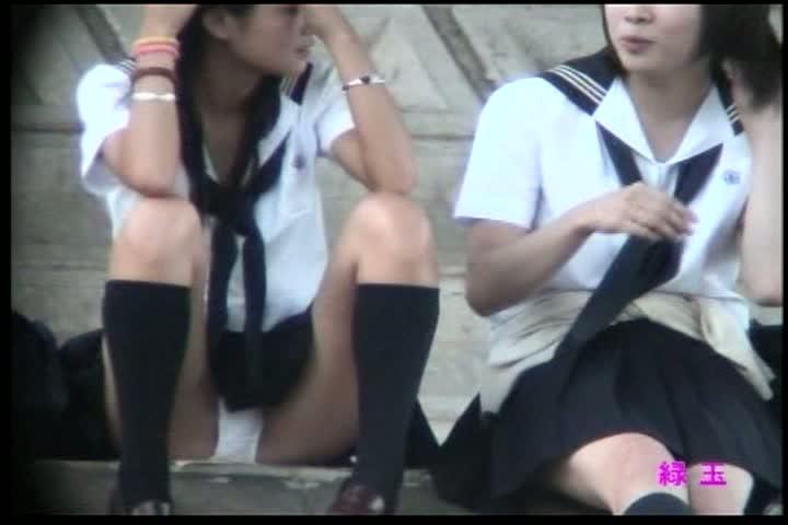 無防備に階段に座り込むミニスカなセイフク10代小娘を対面撮りパンツ丸見え秘密撮影☆カワイ過ぎますww