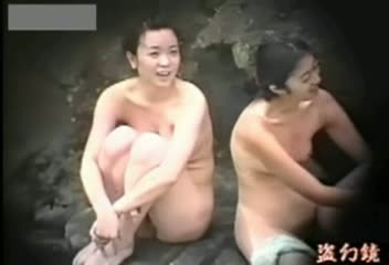 露天風呂でくつろぐ細身で美しい乳なモデルの姿を秘密撮影☆陰毛までマル見えww
