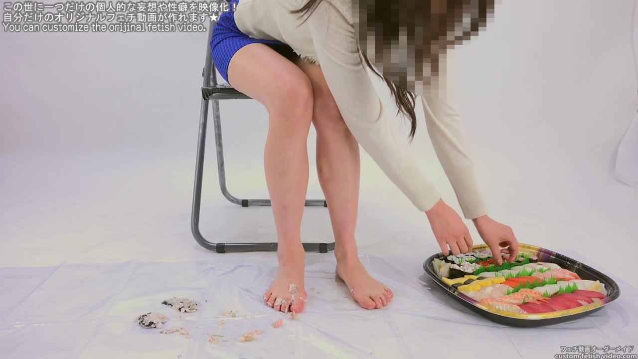 淫語を言いながら裸足で寿司を踏む